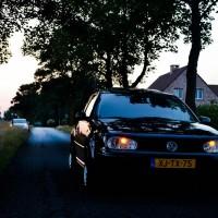 Golf 4 met USLights met Nissan op de achtergrond