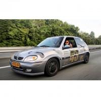 Citroen Saxo verlaagd op de snelweg rolling shot