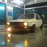 VW Golf 1 met USLights in wasstraat