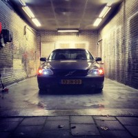 Volvo S60 met USLights in carwash
