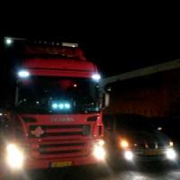 Seat Leon met USLights naast vrachtwagen