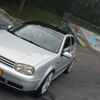 VW Golf 4 met USLights in skatepark