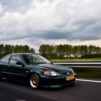 Honda Civic Coupe rolling shot met USLights aan