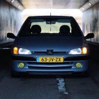 Peugeot 106 met USLights in tunnel