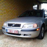 Volvo V40 met USLights onder carport