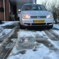 VW Golf 4 met USLights in sneeuw