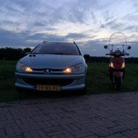 Peugeot 206 met USLights en scooter met USLights