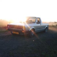 VW Caddy met USLights en embleemloze grill in weiland