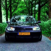 VW Golf 4 met USLights in de bossen