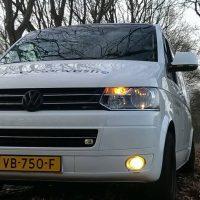 VW T6 met USLights in bossen