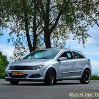 Opel Astra GTC met USLights, booskijkers, embleemloze grill