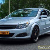 Opel Astra GTC met USLights, booskijkers, embleemloze grill closeup