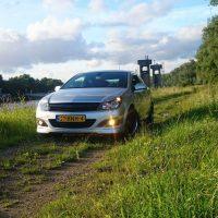 Opel Astra GTC langs het water