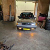 Volvo 300 serie met USLights aan en mistlampen ook