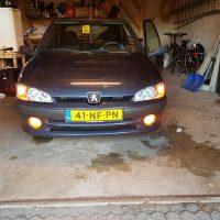 106 Peugeot met USLights en mistlampen aan