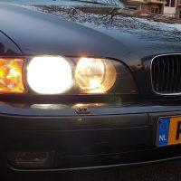 BMW e39 met USLights en groot licht aan