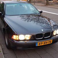 BMW e39 met USLights aan