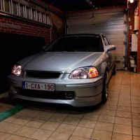 Honda Civic in garage met USLights aan