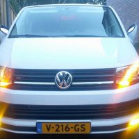 Volkswagen bus T6 met R Grill, USLights, gele mistlampen en spiegels omhoog