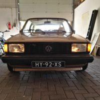 VW Jetta goudkleurig met USLights en oude kentekenplaten