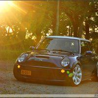 Mini One in sunset met USLights en wit dak
