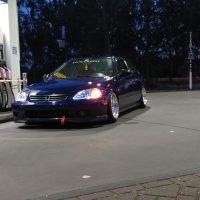Honda Civic bij benzinepomp