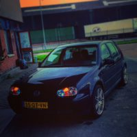 Golf 4 met USLights in schemer