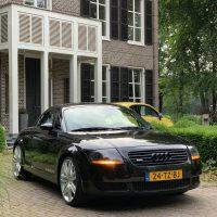Audi TT met USLights bij woonhuis