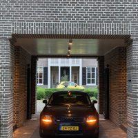Audi TT quattro in tunnel bij woonhuis