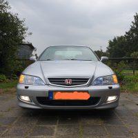 Honda Accord met USLights aan en blauwe lampen in de ruitenwissersproeiers