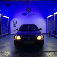 Honda Civic in wasbox met USLights aan